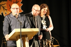 Eduard Nobile, al centre, recollint el premi d'honor