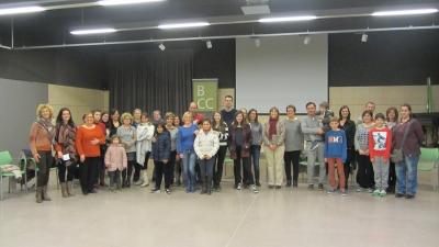 Alumnes i voluntàris durant una sessió del projecte Lecxit