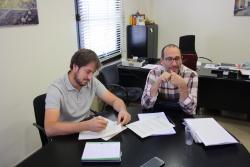 L'alcalde Francesc Bonet i Oscar Morales, del CCAR, signant el conveni