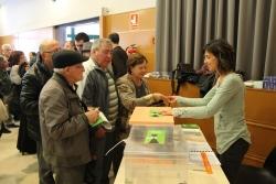 Ciutadans i ciutadanes de Santa Eulàlia fent cua per dipositar la seva butlleta