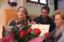 Gregoria Campo rebent la felicitació de l'alcalde