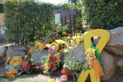 Ofrena floral davant del monument de l'11S